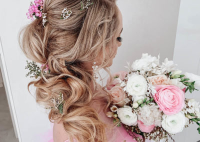 pink-hair-flowers-blonde-romantic-upstyle-with-boquet