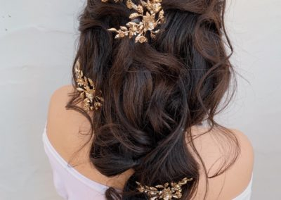 gold-hair-pins-in-long-dark-wedding-hair-style